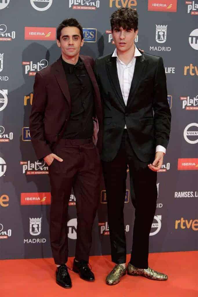 Javier Calvo y Javier Ambrossi con traje Bere Casillas - vista completa