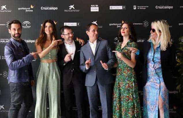 Barrejón, vestido de Bere Casillas, acompañado de D´Ursi, Juana Acosta, Luis Callejo y Bárbara Santa-Cruz en el Festival de Málaga