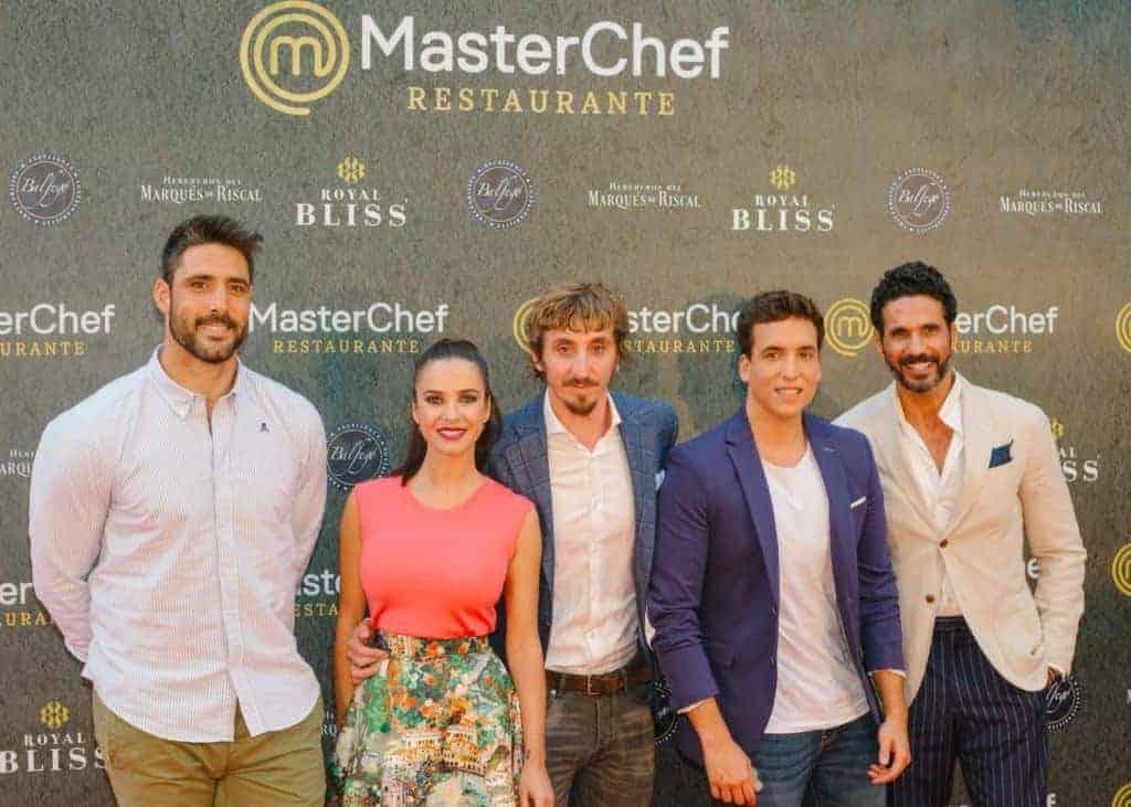 """El actor Iván Massagué con americana Bere Casillas en la inauguración del nuevo restaurante """"Máster Chef"""""""