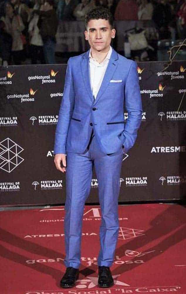 Jaime Lorente con traje de Bere Casillas en el Festival de Málaga