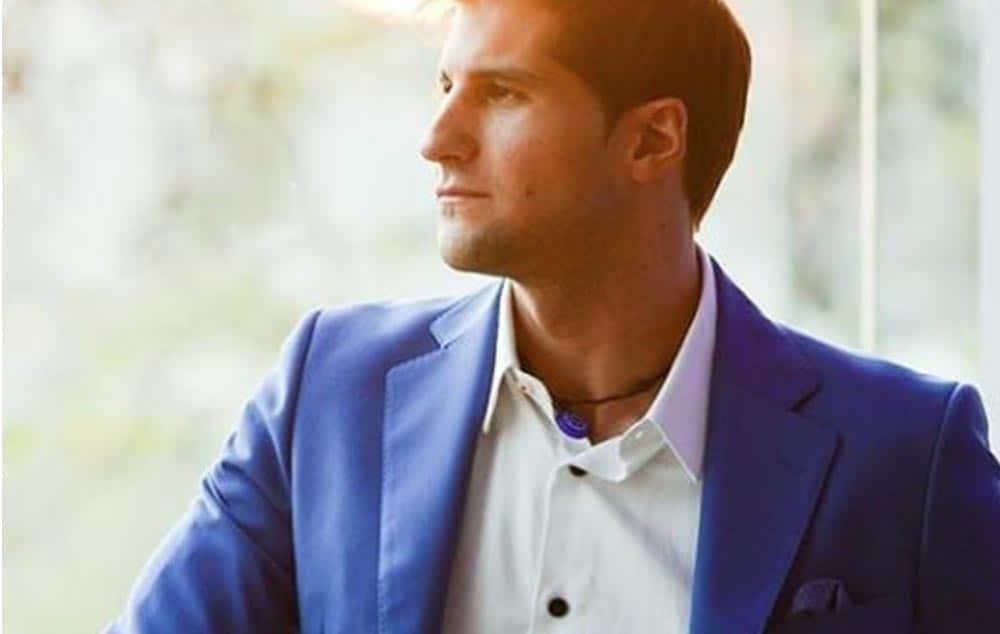 Julián Contreras Jr. con traje Bere Casillas en la presentación de Kyboe en Espana