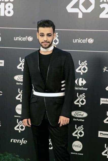 Agoney de OT vestido de Bere Casillas en los premio 40 principales