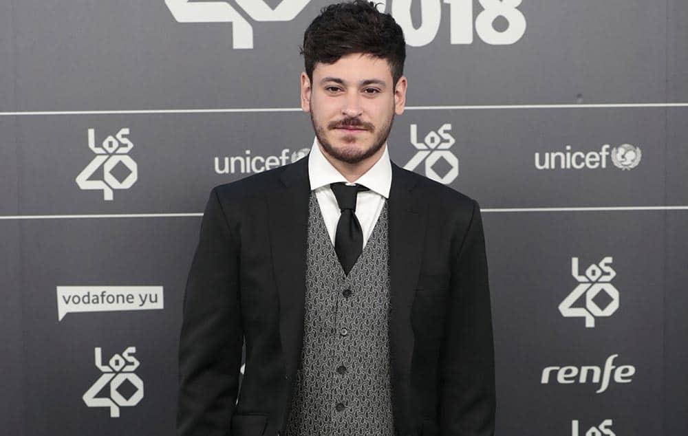 Cepeda y Agoney con americana y chaleco Bere Casillas en la entrega de los Premios 40 Principales.