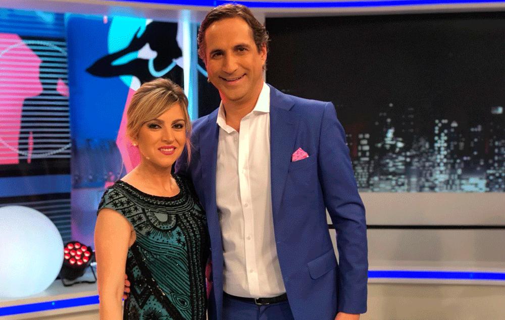 """El presentador Alfonso Hevia con traje Bere Casillas en el programa """"Estando Contigo Noche""""."""