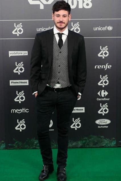 Cepeda, concursante de Operación Triunfo 2017, con chaqueta y chaleco de Bere Casillas en los Premios 40 Principales