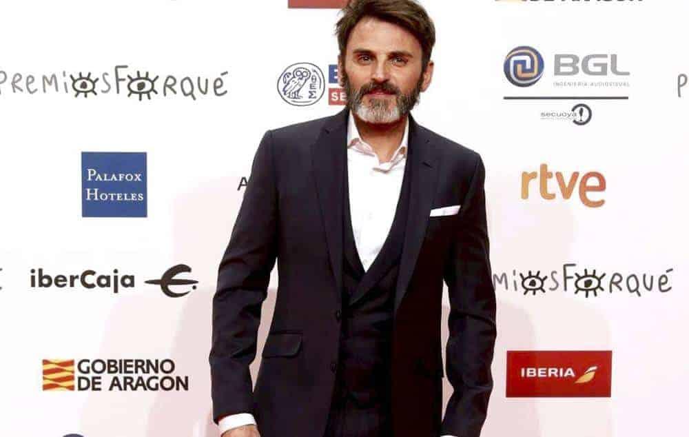 Fernando Tejero con traje y chaleco azul marino.