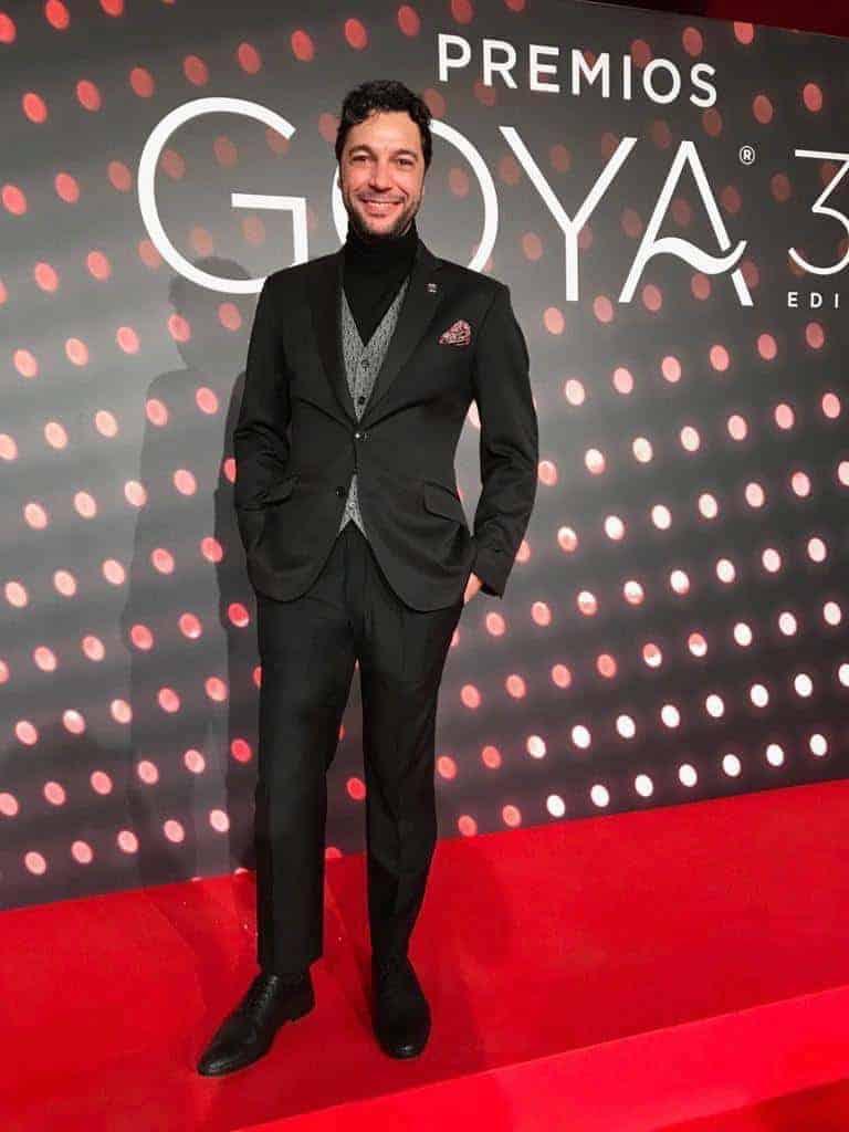 El compositor Iván Palomares con traje y chaleco Bere Casillas en la cena de los nominados.
