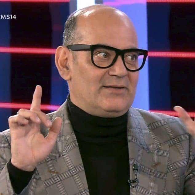 Corbacho con traje de cuadros en la entrevista.
