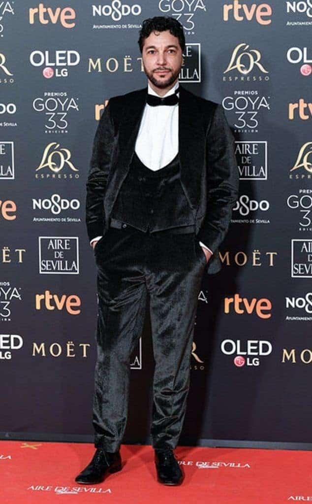 Iván Palomares con esmoquin de terciopelo negro y topos blancos.