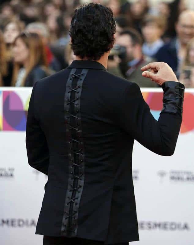 Detalle de la espalda en cuero negro.