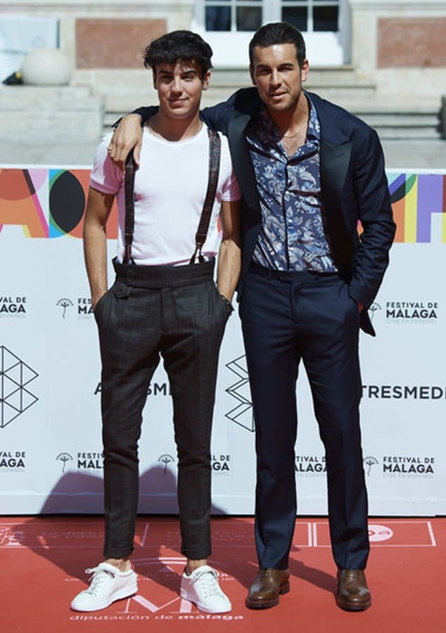 Óscar Casas con pantalón de cuadros marrón y tirantes personalizados.
