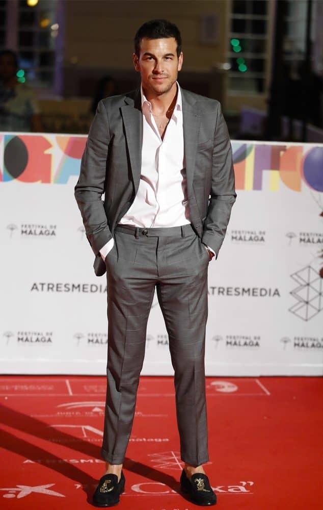 Mario Casas con traje gris de cuadro ventana.