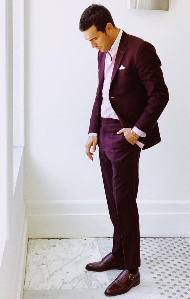 Mario Casas con traje burdeos.