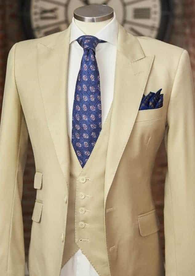 Maniquí con traje beige 100% lana australiana.