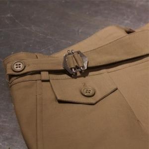 Pantalón a medida beige hebilla simple con botón