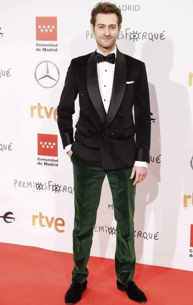 Peter Vives con Esmoquin bicolor verde y negro