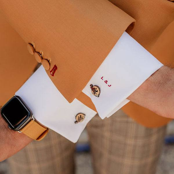 Camisa de novio a medida con bordados de iniciales