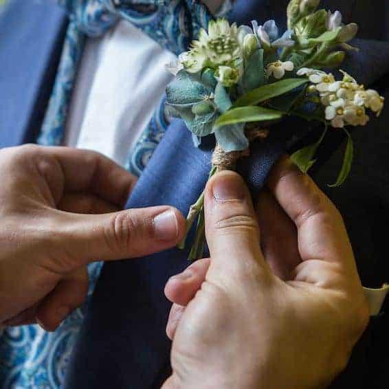 prendido traje novio flores