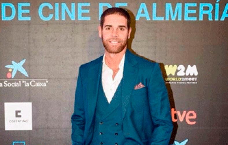 El actor Adrián Castiñeiras arrasa a su llegada el Festival Internacional de Cine de Almería con un traje muy especial.