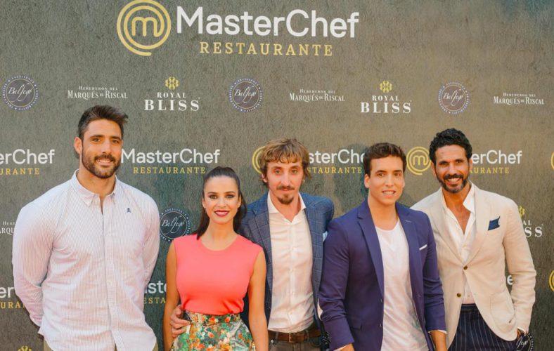 El actor Iván Massagué con americana Bere Casillas en la inauguración del nuevo restaurante Máster Chef